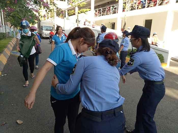 Nữ nhân viên bảo vệ thực hiện nhiệm vụ
